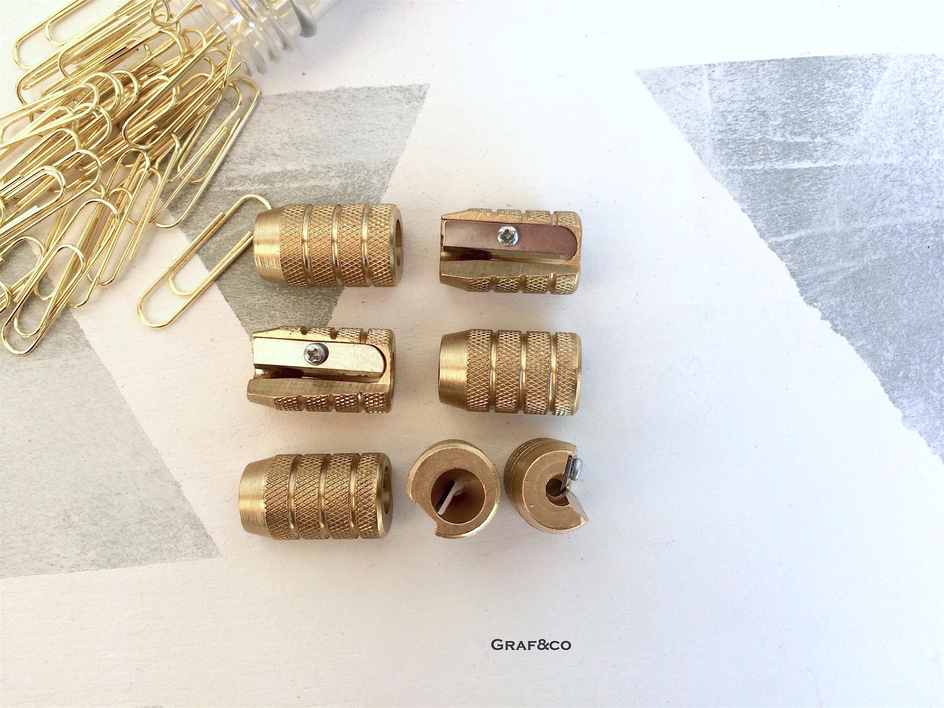 Sacapuntas de diseño en latón dorado